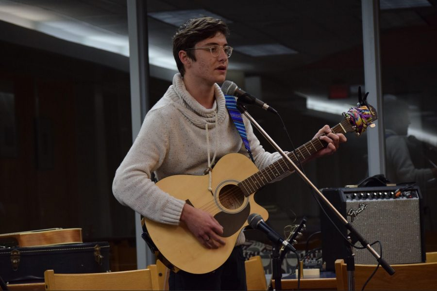 Roundtable+and+guitar+club+host+open-mic+night